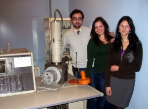 В лабораторията на БАН с ERASMUS студентките от Латвия, Бируте (Birutė Rakauskaitė) и Лаура (Laura Navasaitytė)