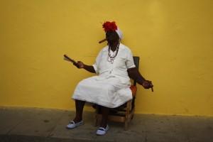 Възрастна кубинка позира пред фотографите